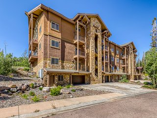Two-level condo w/mountain view, jetted tub, balcony & gas grill!