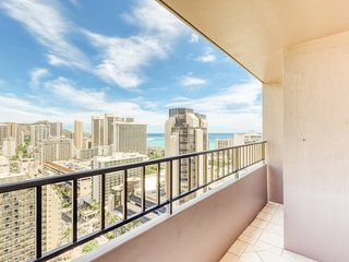 Sleek condo w/shared on-site amenities, Diamond Head and beach views!