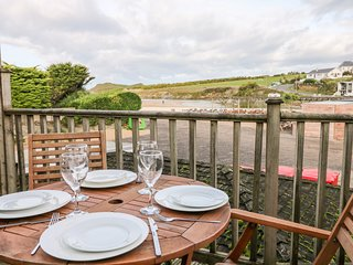 PORTH BEACH HOUSE two-storey terraced house, beachfront, in Porth, near