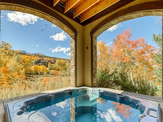 Secluded light-filled home w/ hot tub, deck, fireplaces and mountain views!