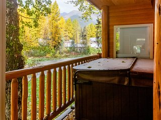 Dog-friendly condo w/ private hot tub, gas fireplace, & mountain views!