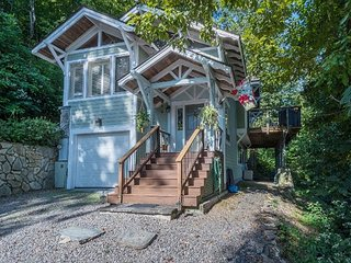Tree top house with long distance views! Pet friendly!