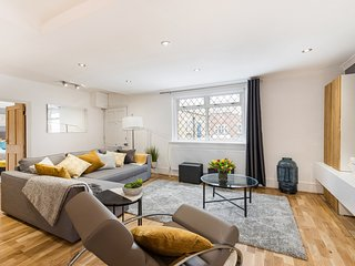 Modern Marylebone Mews Apartment with Complete Amenities