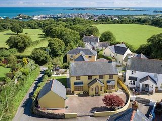 Spacious holiday home, sleeps 8, outdoor pool, parking, 15min walk to harbour.