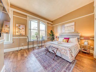 Riverfront, city view studio in downtown - steps to River Walk!