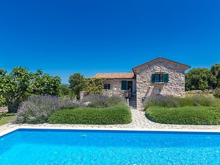 Wonderful romantic Villa - children's playground, swimming pool, large green are