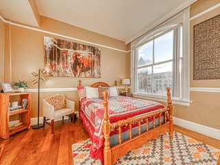 Historic city view studio in heart of downtown - walk to dining & River Walk