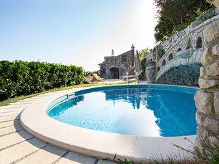 Villa Esposito - Rustic Family Home with Sea View