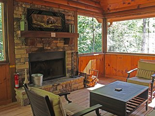 2015 NEWLY BUILT CREEKSIDE CABIN!! Hot tub, pool table, fireplaces, relaxing
