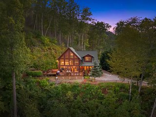 Eagles Nest Hideaway Luxury Cabin, Spectacular View, Hot Tub, Fire Pit & Privacy