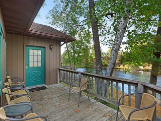 Villa w/ private deck, shared dock/tennis/basketball court - dogs welcome!