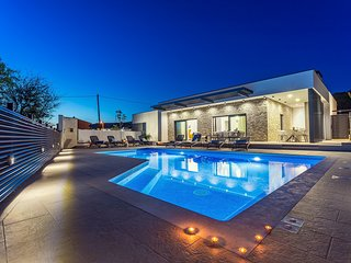 NEW! Casa Mia with 40sqm private heated pool with massage, 4 spacious bedrooms