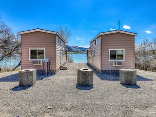 Two lakefront cottages w/ private BBQs & shared resort dock, marina, firepit