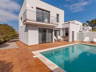 Holiday home with private pool at just 1.5 km from the beach in Costa Brava
