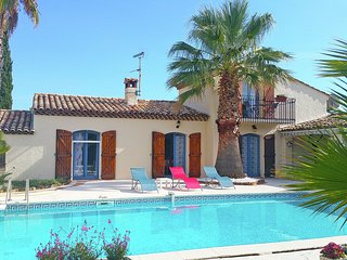 Well-maintained Provencal holiday home with private swimming pool and outdoor k