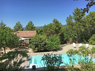 Art déco-style gîte with swimming pool and beautiful garden, 1 km from Faucon