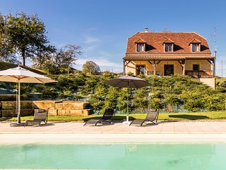 Luxury villa with heated pool on the edge of Montignac.
