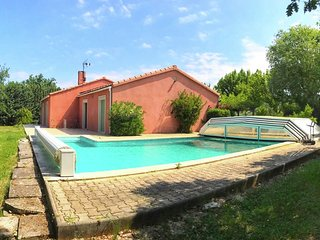 Vintage holiday home in Cereste with Private Garden