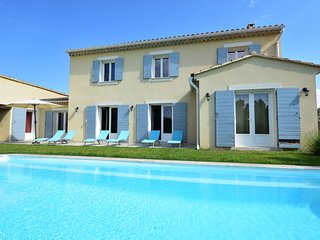 Spacious Villa in Vaison-la-Romaine with Swimming Pool