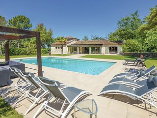 Top! Villa with heated jacuzzi, private pool, large lawn and outdoor kitchen.