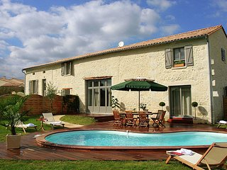 Luxurious villa with covered terrace in the rural Chalais