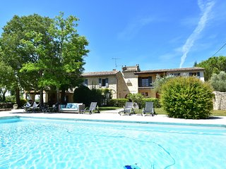 Luxurious holiday home with private swimming pool in Uzes