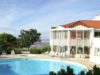 Apartment with a view on the pool or see near Fort Boyard