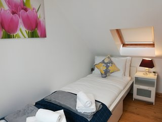 The Mews Apartment with FREE parking and Bus Stop near Rail Station & Hospital