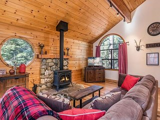 3BR/2BA The Bears Lair House with Hot Tub - Amenities Abound!