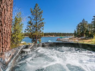 FREE 3rd NIGHT! LAKEFRONT NEW HOT TUB with Boat Dock! 10ppl Gameroom