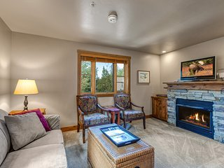 Charming condo w/shared hot tub, fireplace & more. Close to skiing & hiking!