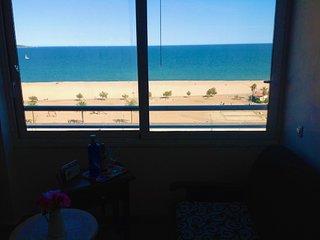 Beau studio rénové et calme. Très belle vue sur la mer et la plage