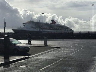 Perfect stay for Cruise passengers - looks at the QM2 in dock