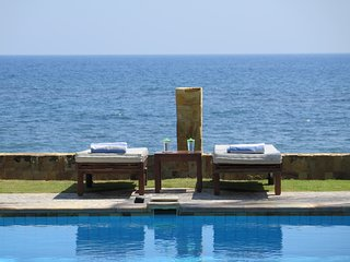 VILLA KINNARI - Absolute beachfront in North Bali