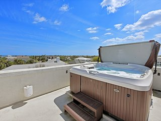 Walk to Beach, Hot Tub on the Roof, Sleeps 12