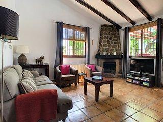 De gezellige woonkamer met open haard en centrale verwarming in alle kamers