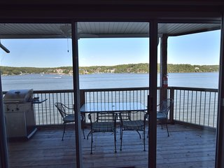 Unit 927* Walk-In Level* Absolutely Beautiful*AMAZING VIEW* 2 bd/2ba (SLPS 7)