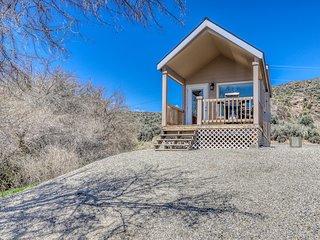 Lakefront cottage w/ private porch, BBQ & shared resort dock/marina/firepit