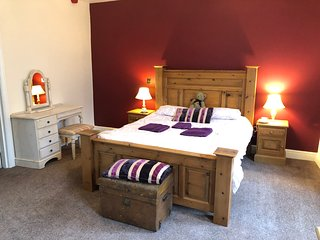 Huge bedroom , king size bed, en suite in boutique hotel in Dartmoor village
