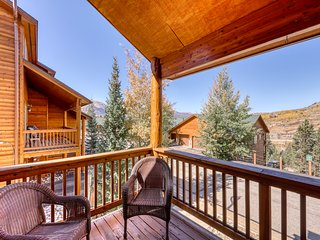 Mountain view townhome w/ deck, gas grill & shared hot tub
