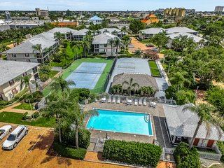 Remodeled condo in a bayfront complex w/ shared pool & tennis - walk everywhere!