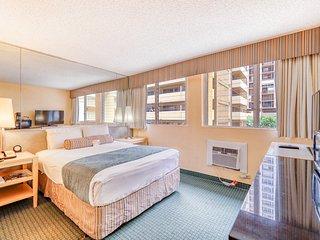 Cozy canalside suite w/ great shared amenities - walk to Waikiki Beach!