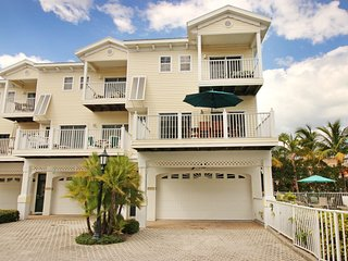 Stylish townhome w/ shared pool and spa right across the street from the beach