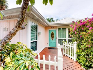 Beautiful cottage w/ heated private pool - walk to beach, dining, Bayfront Park