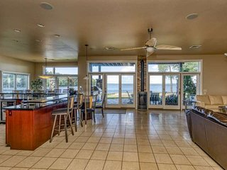 Steps from the beach 2 master suites w fireplace & lake views, 2 private hot tub