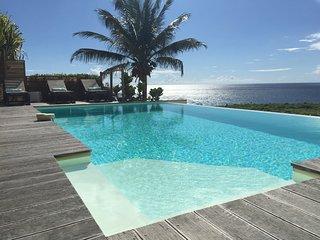 Villa de luxe  avec piscine a debordement devant les iles de Guadeloupe