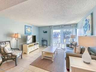 Condo with shared pool/hot tub and tennis court, free WiFi, walk to the beach