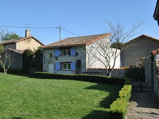 Detached holiday home with above-ground pool and large garden, close to Poitiers