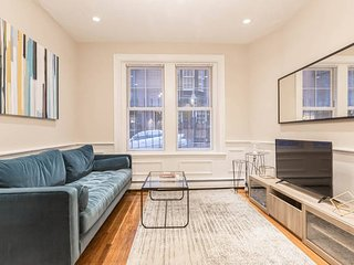 Modern 3 BR in Charles Street by Domio