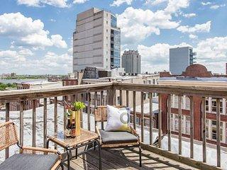 Domio   Old City   Large 2 BR/ 2BA Duplex + Deck